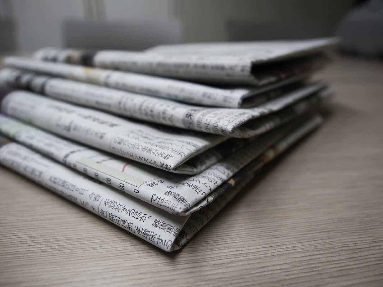 pilha de jornais - treinamento sanitário