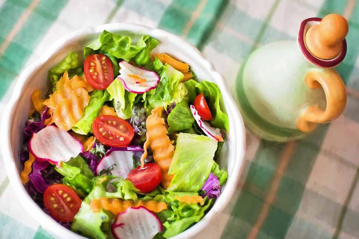 tigela com salada - vegetariana