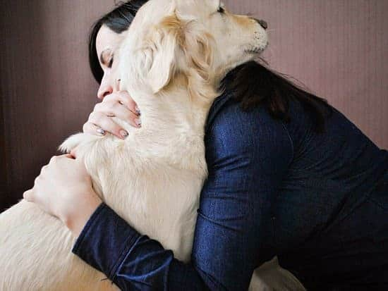 mulher abracando cachorro