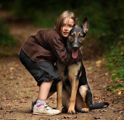 criança abraçando cão - transmissão de doenças