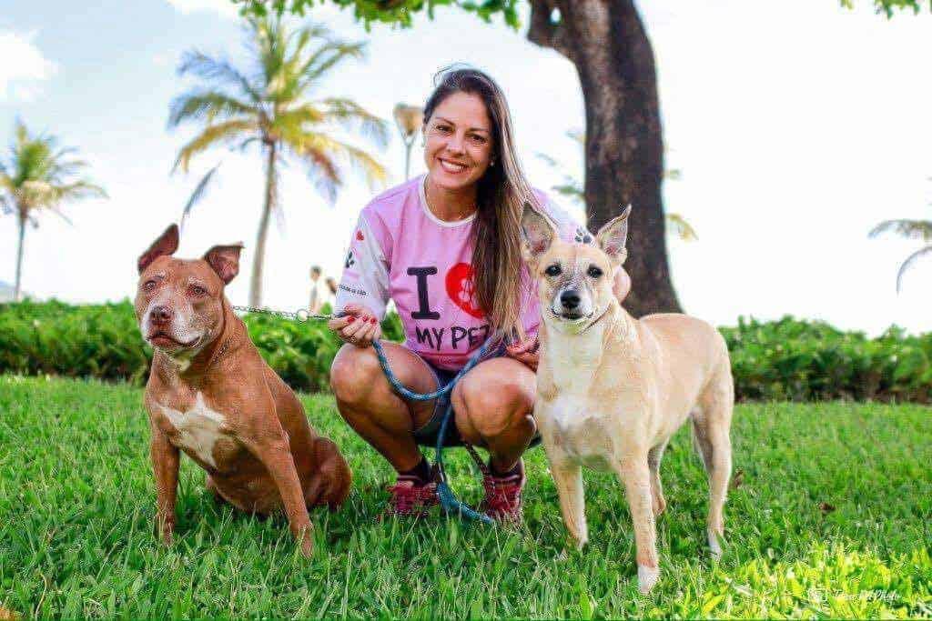 Dog walker Priscilla Godoy e suas cadelas